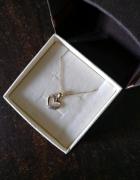 Złoty łańcuszek z wisiorkiem w kształcie serca...