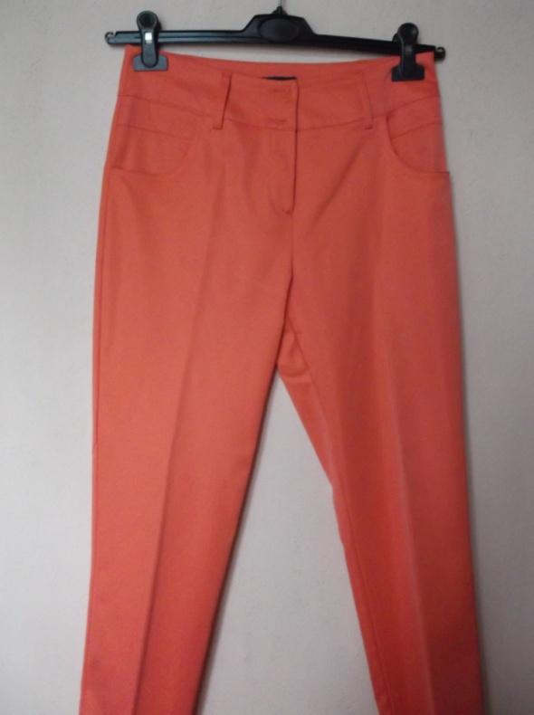 Koralowe spodnie cygaretki New West 38