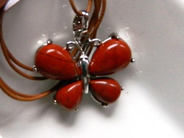 Wisiorek z motylem mokait czerwony