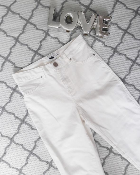 Białe spodnie z wyższym stanem