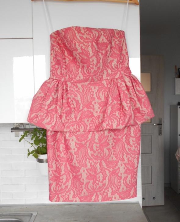 Zara gorsetowa sukienka koronkowa różowa pink neon baskinka