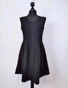 8 36 S Mizumi Czarna sukienka na szeleczkach...
