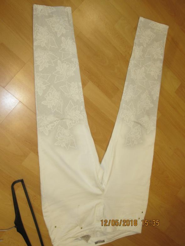 Białe spodnie w kwiaty ORSEY 42 44