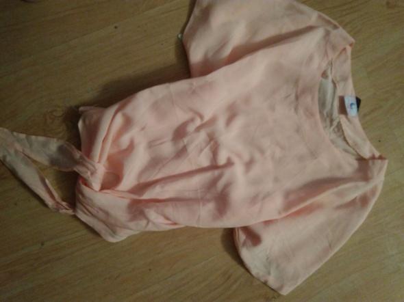 Pudrowa bluzka wiązana crop top