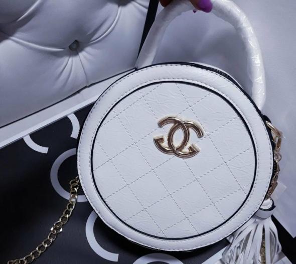 Chanelka na łańcuszku i rączce okrągły kuferek