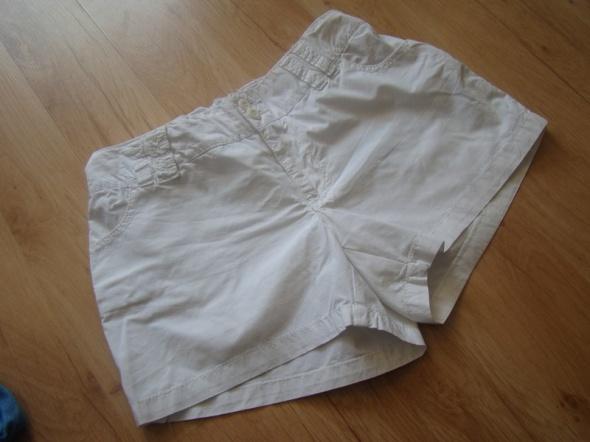 Białe spodenki