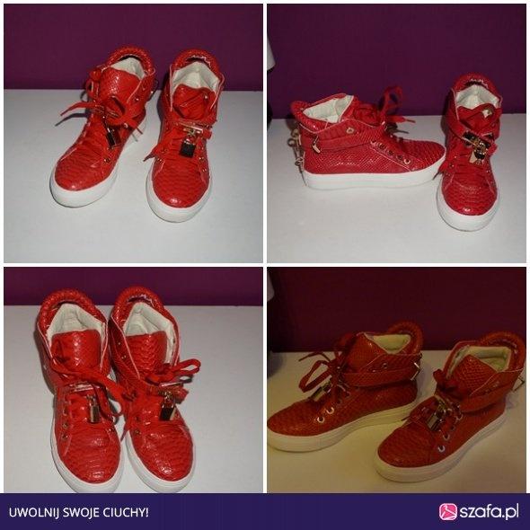 Czerwone sneakersy