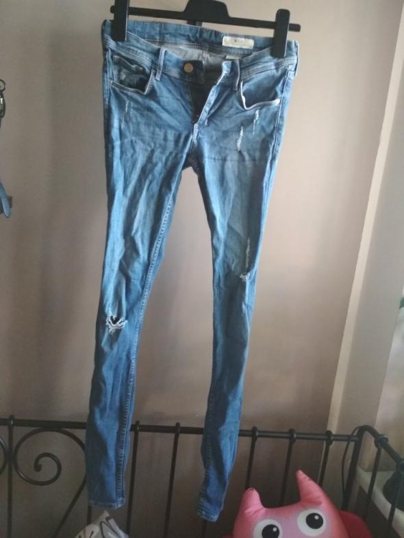 Jeansy rurki przecierane S z modnymi dziurami