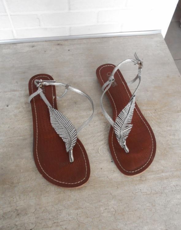 Carlos sandały skórzane piórka srebrne