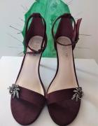 welurowe sandały z biżuterią...