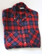 koszula w kratę z lejącej tkaniny...