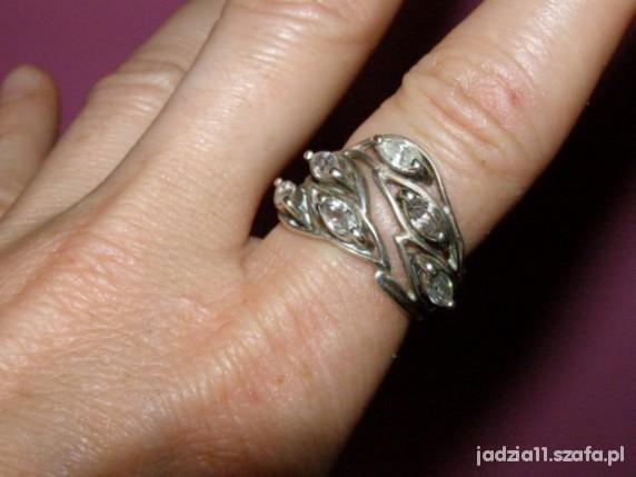 piękny srebrny pierścionek z kryształkami