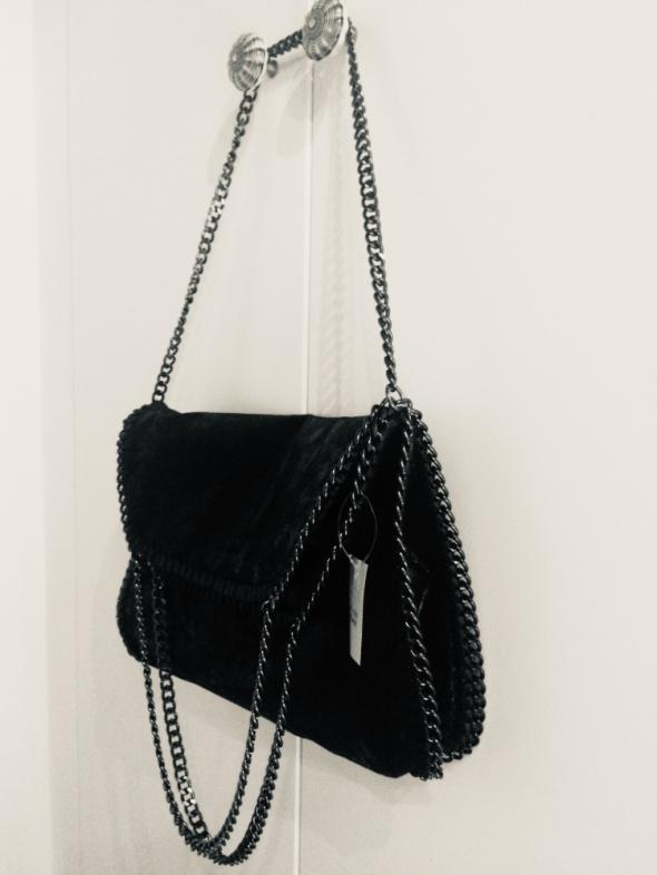 Czarna torba na łańcuszku