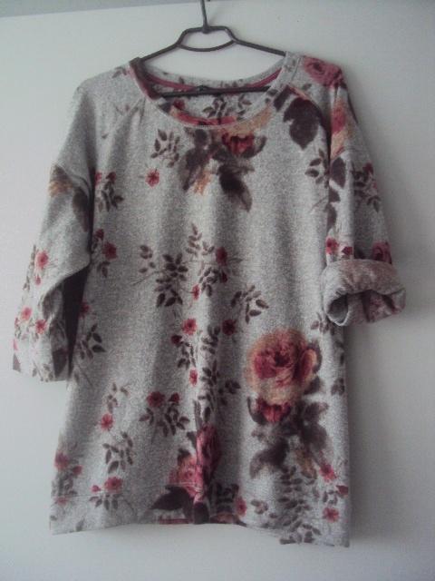 szary sweterek w kwiaty