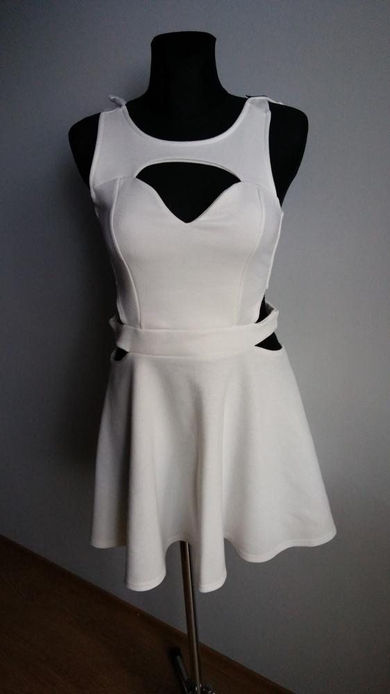 Sukienka rozkloszowana wycięcia