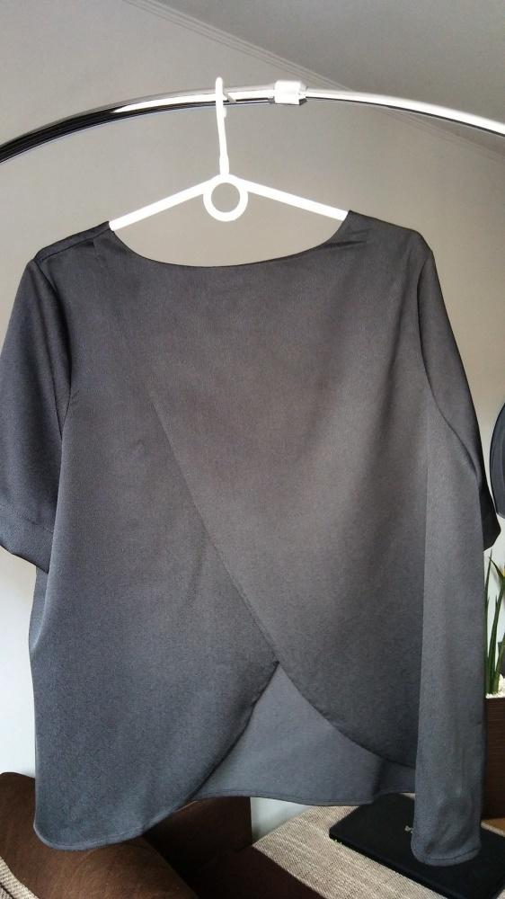 Bluzka z rozcięciem na plecach