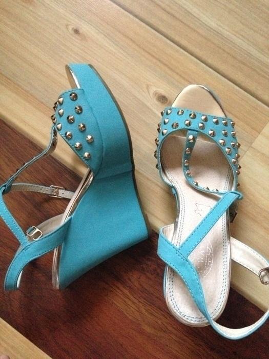 Sandałki niebieskie na koturnie ćwieki...