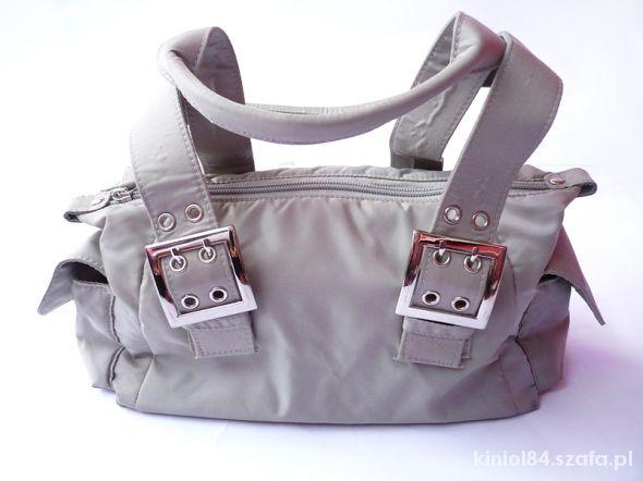Siwa torebka małej wielkości zmieści A5
