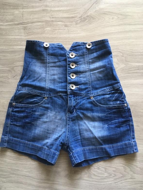 Szorty jeansowe z wysokim stanem...