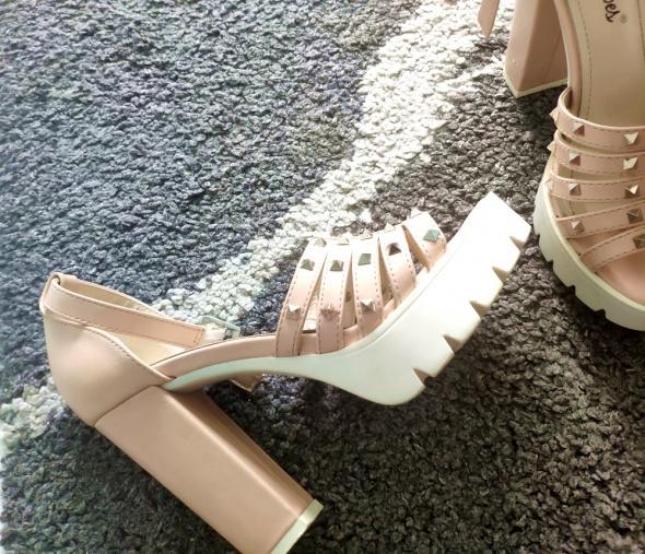 Platformy sandałki ćwieki puder róż siwiec...