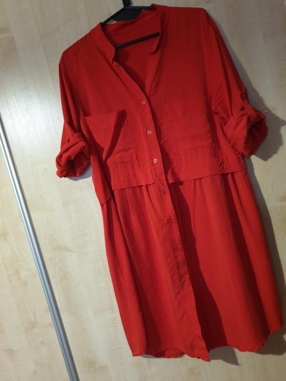 sukienka czerwona odcinana kołnieżyk