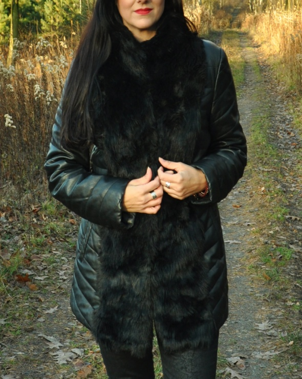 czarna skórzana kurtka z futerkiem...
