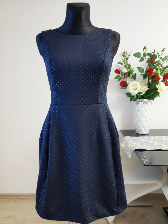 granatowa sukienka zdobiona