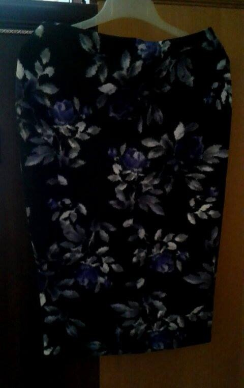 ołówkowa spódnica w kwiaty...
