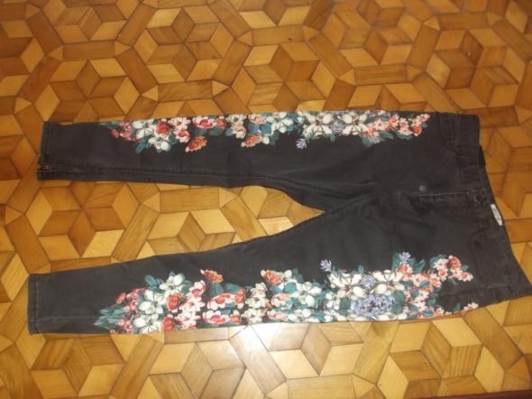 spodnie z kwiatkami i zipami
