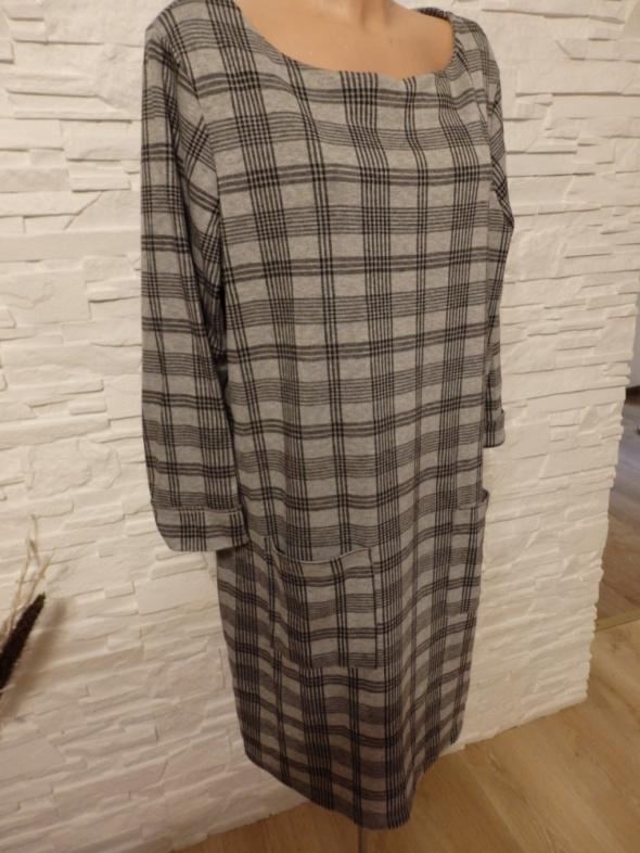 Sukienka dzianinowa w kratkę