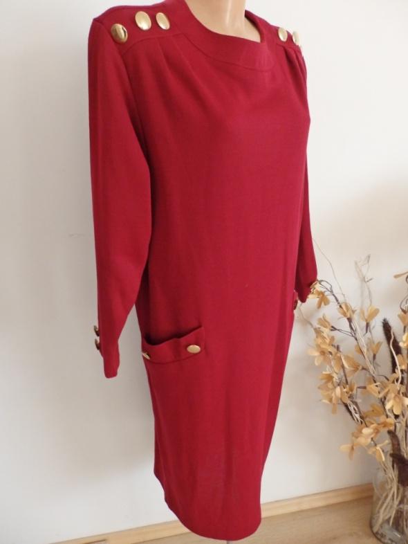 Sukienka burgundowa z guzikami