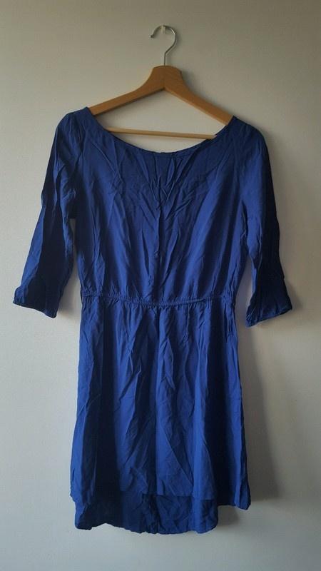 Niebieska sukienka z dłuższym tyłem i zipem na plecach House M