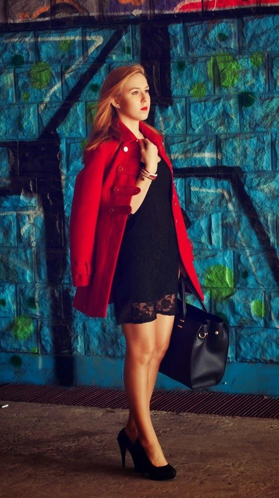 Czerwony płaszcz ze złotymi guzikami New Look 34