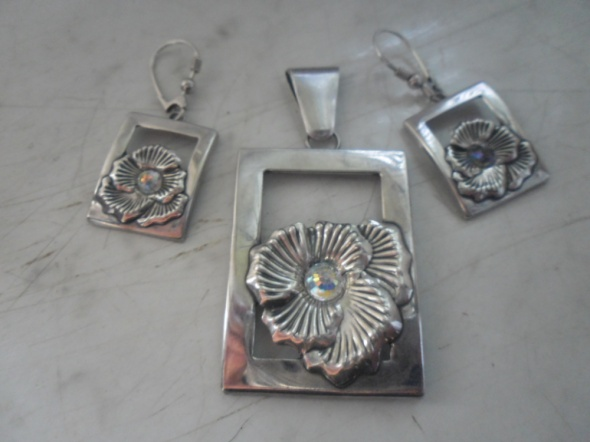 Zestaw srebrnej biżuterii zawieszka i kolczyki motyw róży