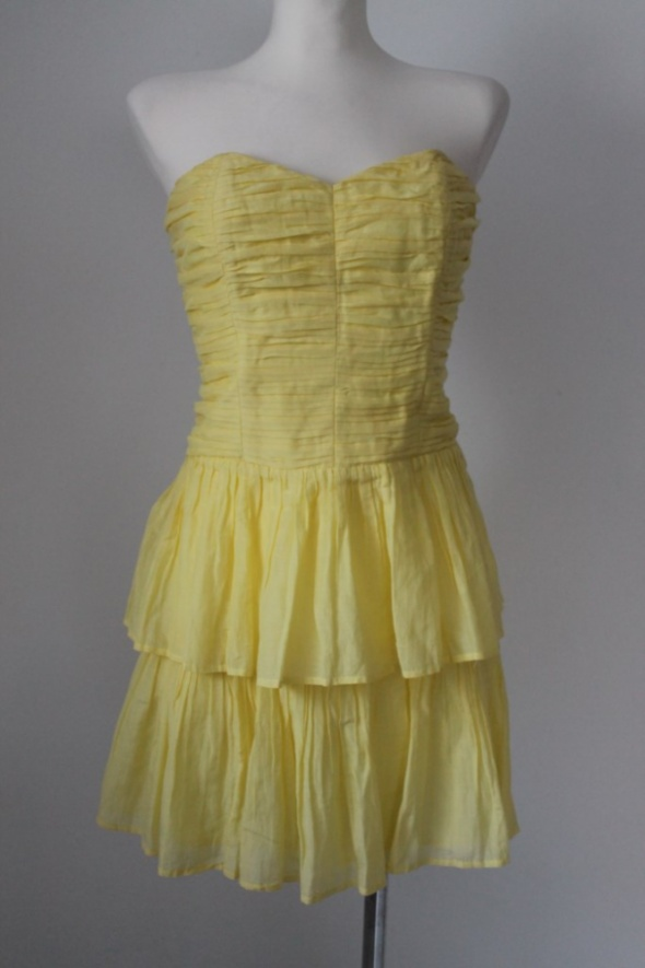żółta gorsetowa sukienka z falbanami bez ramiączek