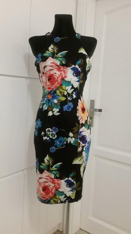 Czarna dopasowana sukienka w kwiatki bawelniana mala czarna