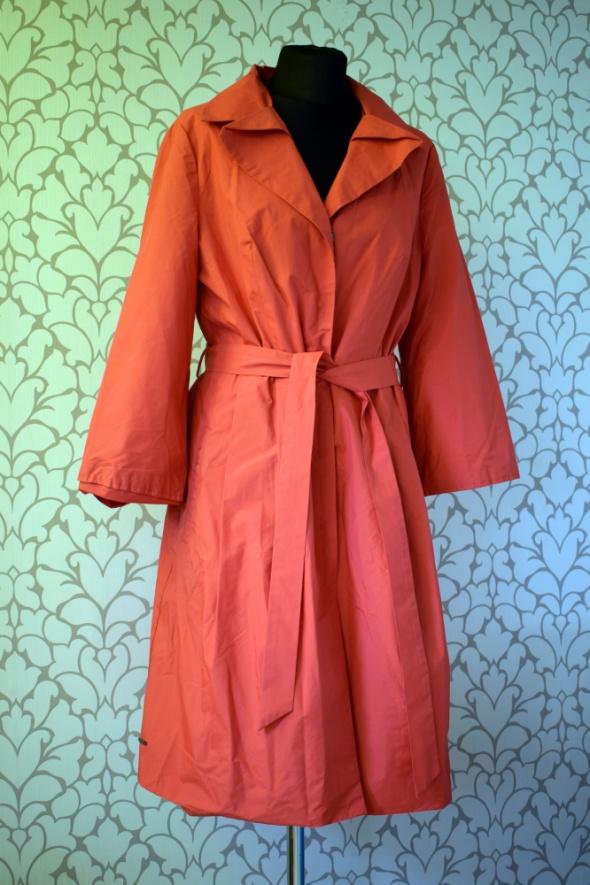 Czerwono malinowy cienki płaszcz jak trencz na deszcz rozkloszo...