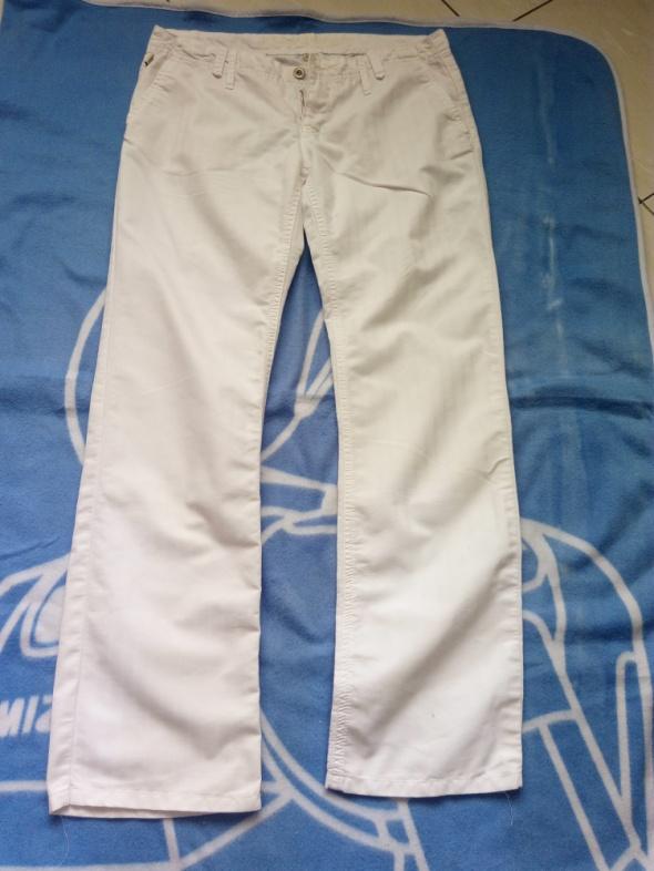 białe spodnie z prostą nogawką M