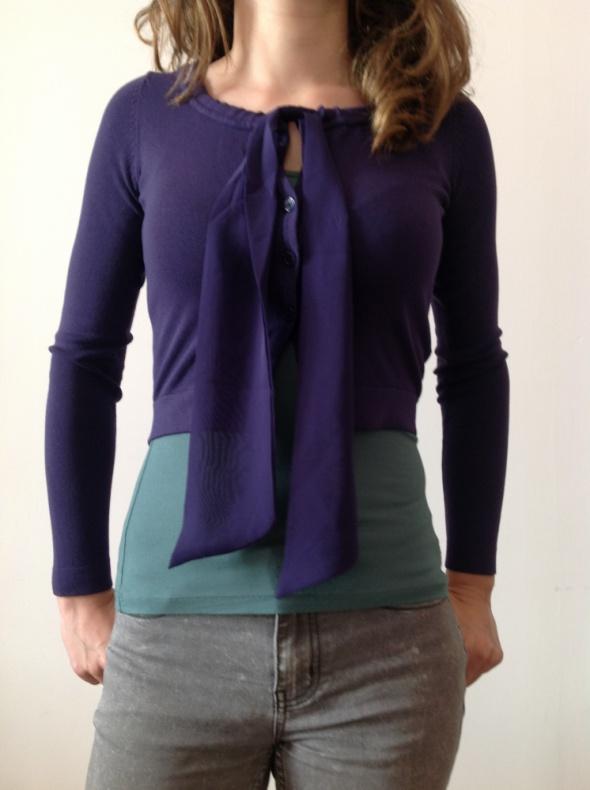 Sweterek z kokardą