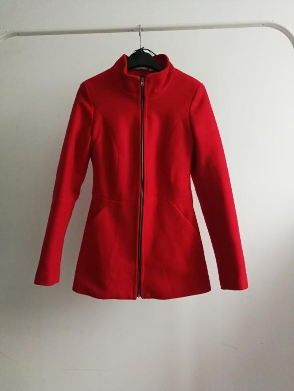 Czerwony płaszcz taliowany 34...