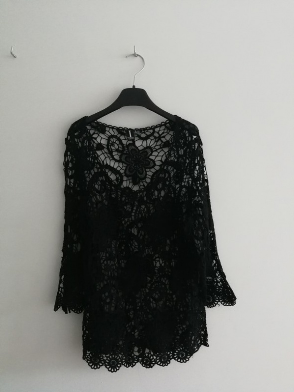 Czarna bluzka koronkowa wzór kwiatów