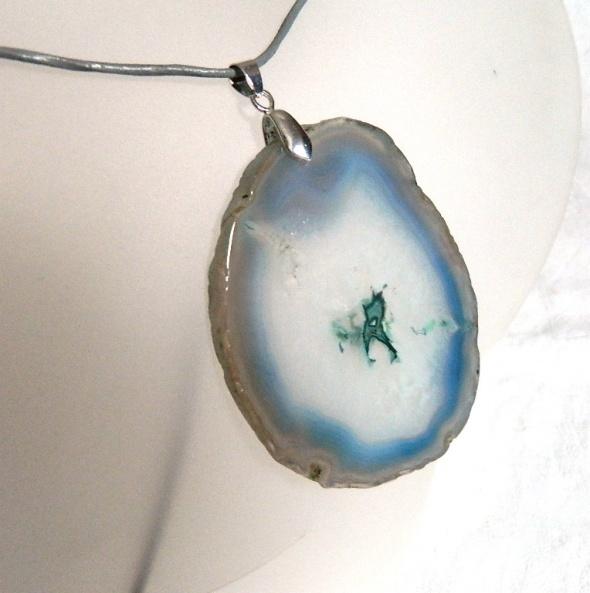 Błękitno szary agat z kryształem surowy plaster