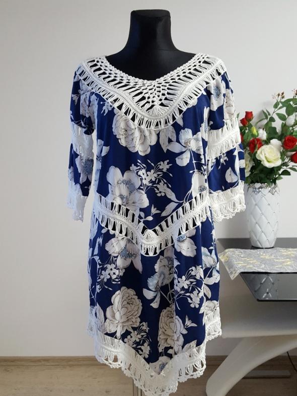 niebiesko biała sukienka w kwiaty