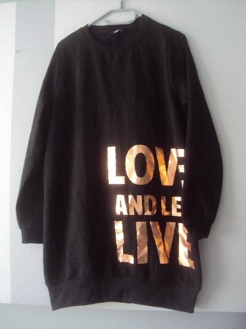 dłuższa bluza z napisem