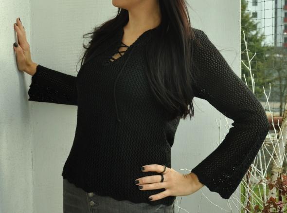 czarny ażurowy sweter z wiązaniem