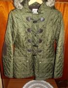 zielona kurtka z kapturem i łatami...