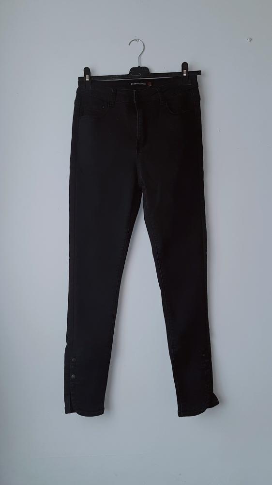 Idealne czarne spodnie rurki