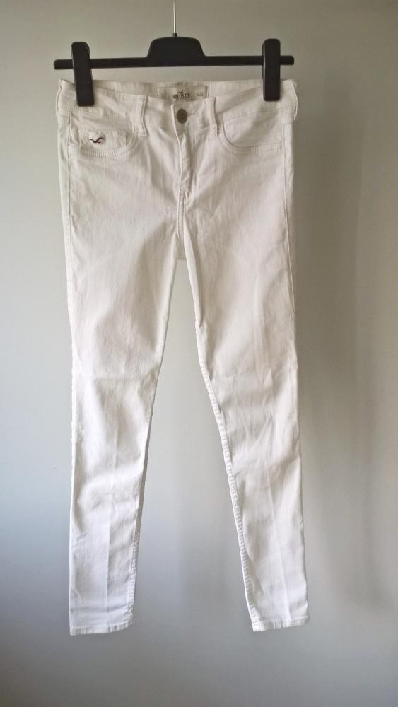 Białe spodnie jeansy rurki Hollister