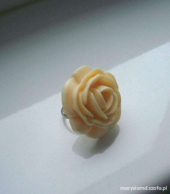 Pierścionek kremowa róża Bijou Brigitte