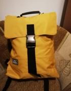 Żółty plecak w modnym fasonie